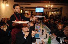 I calciatori della Lazio camerieri per un giorno in un ristorante a Roma
