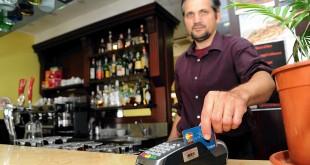Stop ai contanti: al bar il caffè si paga col bancomat