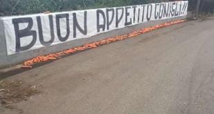 Protesta a Trigoria. «Buon appetito conigli!!!»
